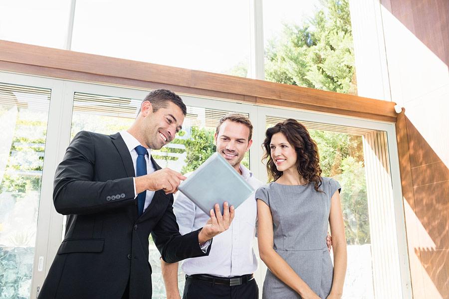 Agent immobilier utilisant la signature électronique